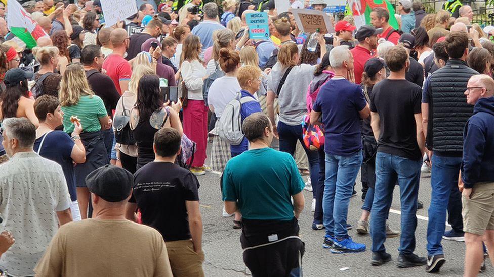 Hundreds of protestors outside the FM's home