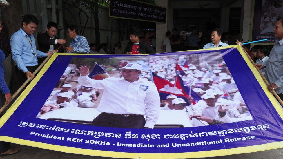 Supporters prepare a banner calling for the release of CNRP President Kem Sokha