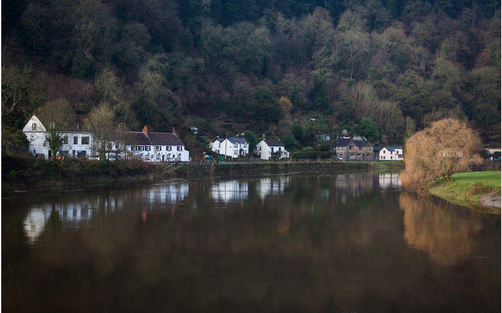 Adlewyrchiad tai yn Afon Gwy, Tintern