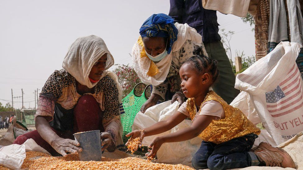 Family with food aid in Mekekke