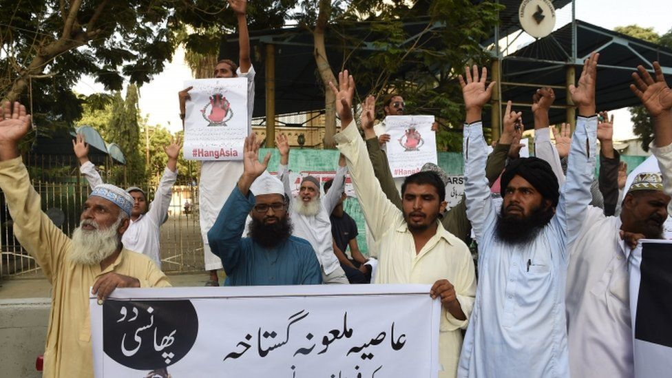 Protesters call for the death penalty against Asia Bibi to be upheld