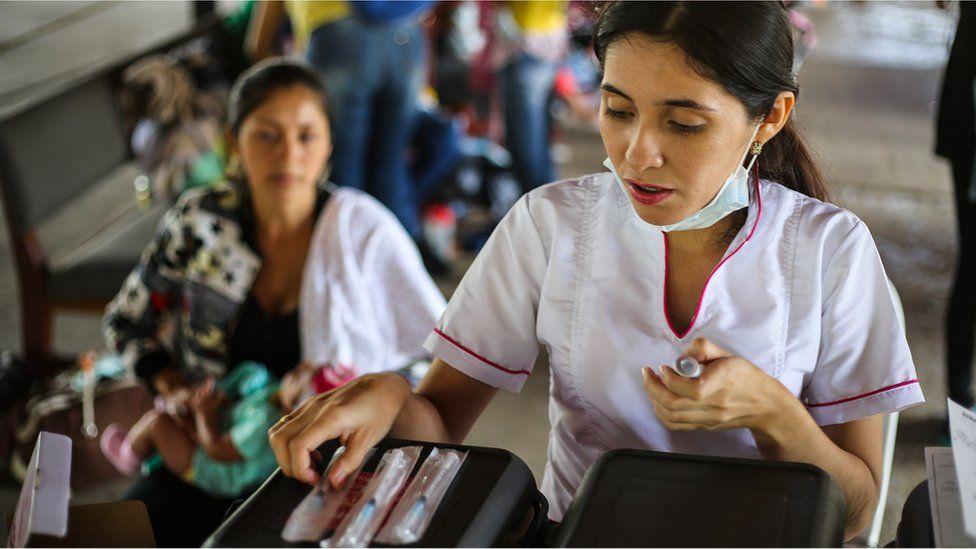 enfermeira organiza vacinas