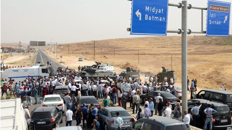 Turkish security forces block the road as a convoy of pro-Kurdish HDP delegates and their leader Selahattin Demirtas try to make their way to Cizre (9 September 2015)