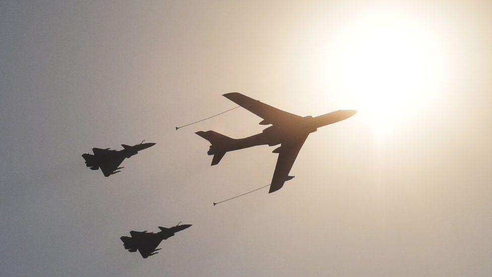 Китайські винищувачі та літак-заправник на параді