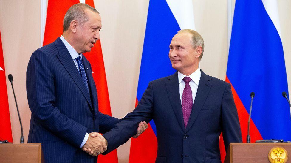 Turkish President Recep Tayyip Erdogan shakes the hand of Russian President Vladimir Putin in Sochi (17 September 2018)