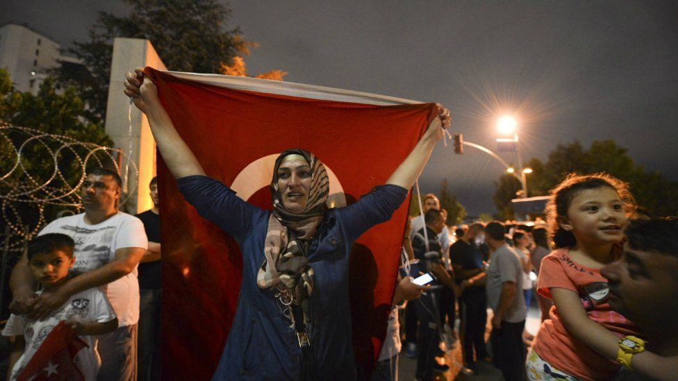 Pro-government protesters gather outside headquarters of Hurriyet newspaper in Istanbul. 8 Sept 2015