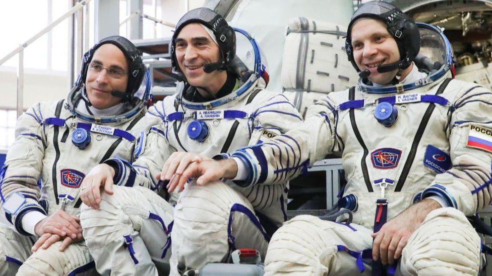 Nasa astronaut Christopher Cassidy (l), and cosmonauts Anatoly Ivanishin (c) and Ivan Vagner