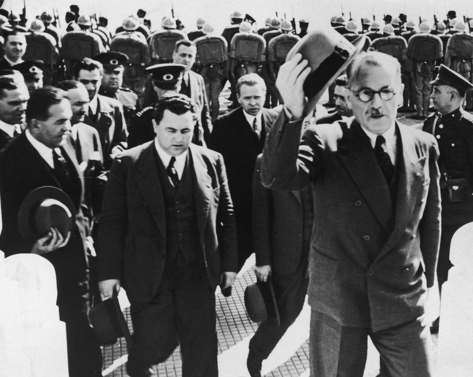 1939 yılında Dışişleri Bakanı Şükrü Saracoğlu (sağda), Moskova ziyaretinden dönerken yanında Sovyet elçisi Aleksey Terentiev'le (solda) birlikte