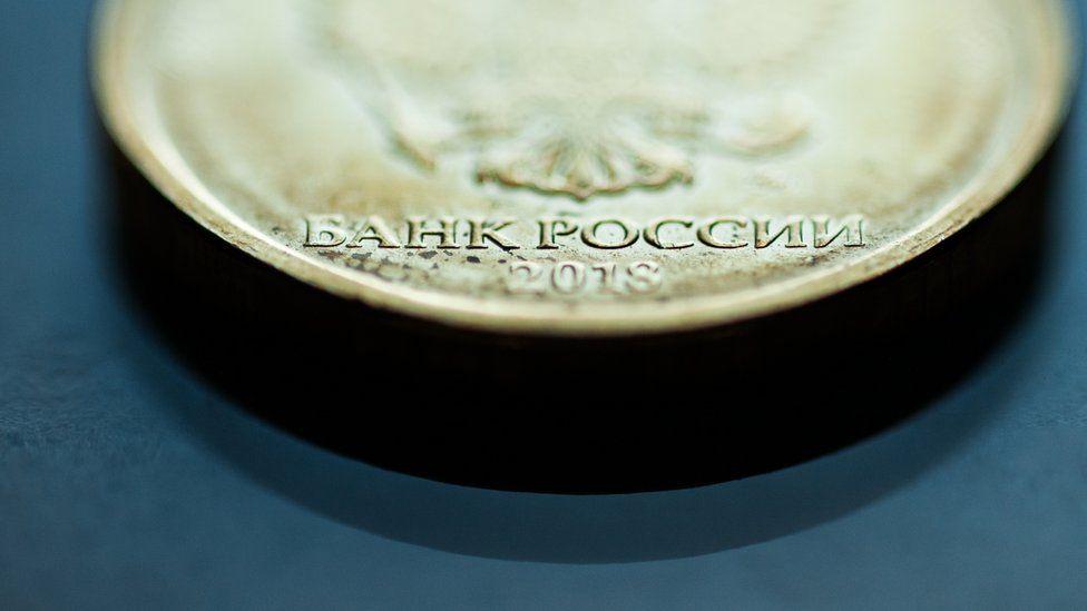 Иностранцы продали рекордный за год объем госдолга России. Это может ослабить рубль
