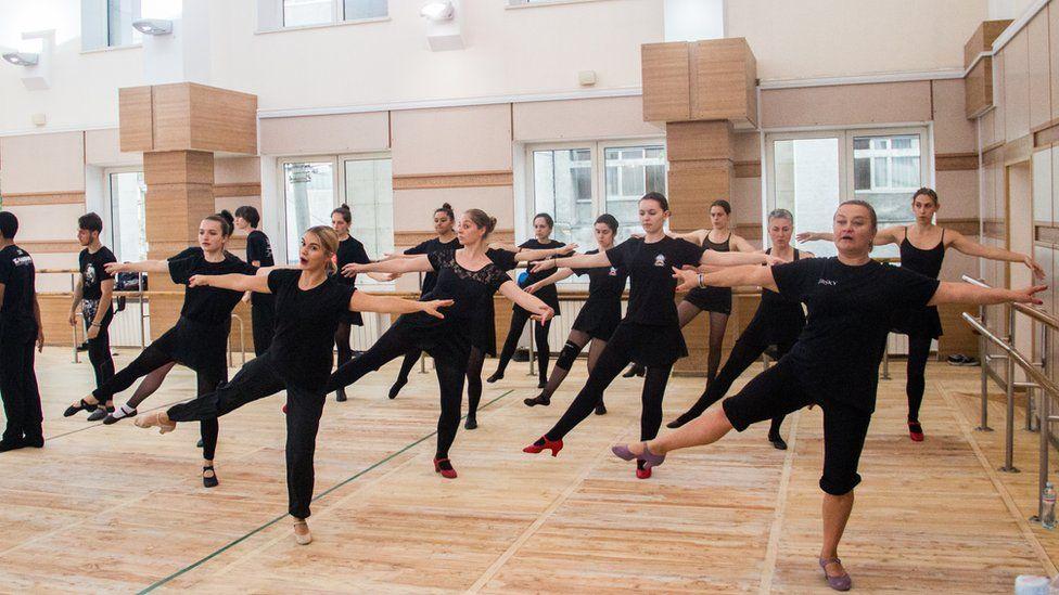 """/></noscript> Учасники ансамблю Вірського проводять майстерклас для танцюристів """"Барвінку""""</span></p> <p>За кілька годин ансамбль Вірського дає показовий виступ для гостей з Бразилії – танцюристів та учасників хору.</p> <p>Учасники """"Барвінку"""" охоче діляться своїми враженнями і розповідають, чому українська культура залишається важливою для них за тисячі кілометрів від батьківщини предків.</p> <h2 class="""