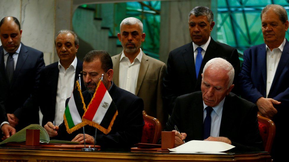 Head of Hamas delegation Saleh Arouri and Fatah leader Azzam Ahmad sign a reconciliation deal in Cairo, Egypt (12 October 2017)