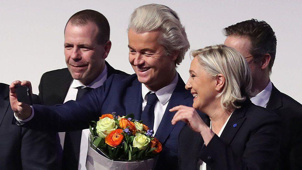 Geert Wilders (c) and Marine Le Pen take a selfie