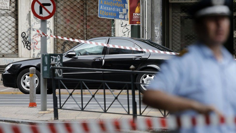 The car in which Lucas Papademos was travelling is guarded by police. Athens 25 May 2017