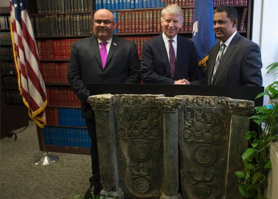 US and Pakistani officials with an ancient Pakistani sculpture in Manhattan, New York (27 April 2016)
