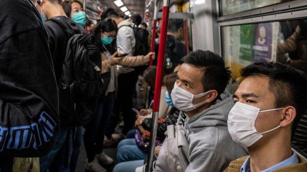 Çin hükümeti halktan kalabalık yerlerde maske takmalarını istiyor.