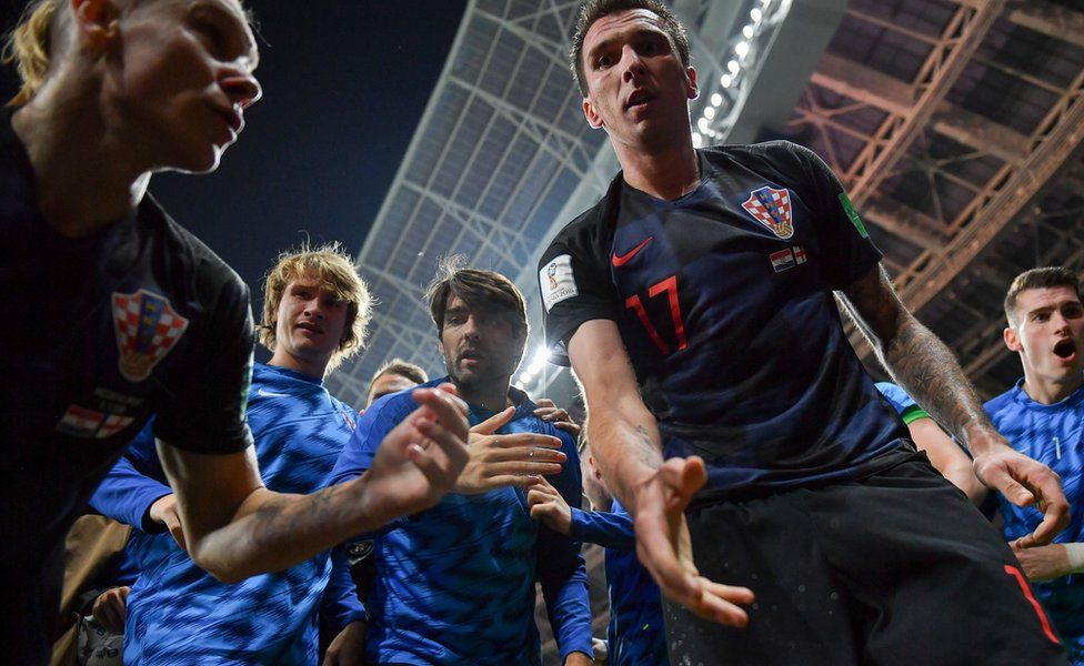 Mandzukic holding out his hand