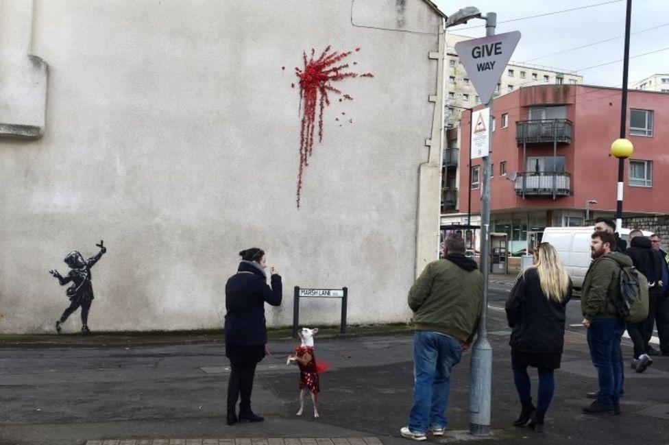 Жители Бристоля рассматривают новое граффити Бэнкси