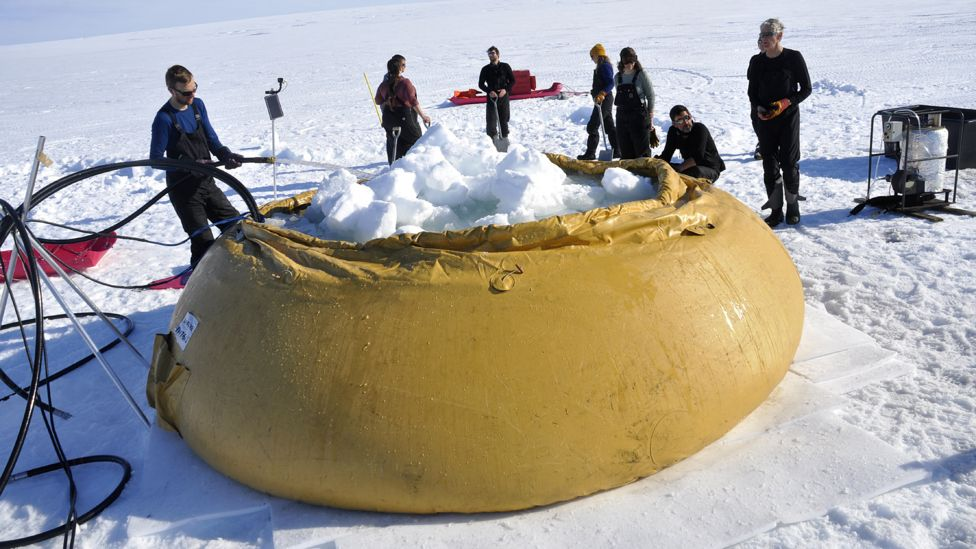 Cientistas coletando e derretendo gelo para obter água