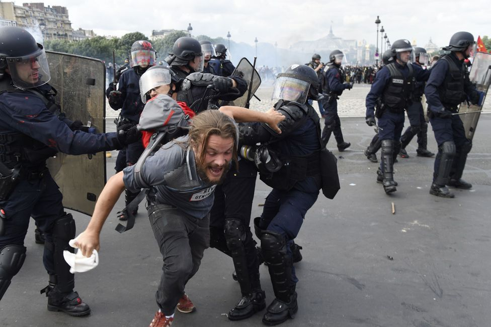 Left-wing protesters clash with police in Paris, 14 Jun 16