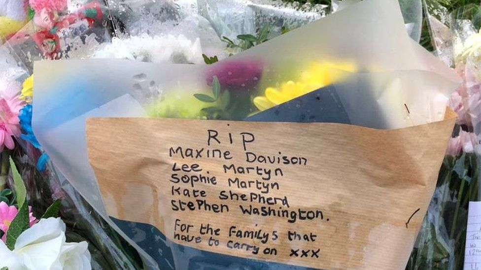 Tribute note on flowers