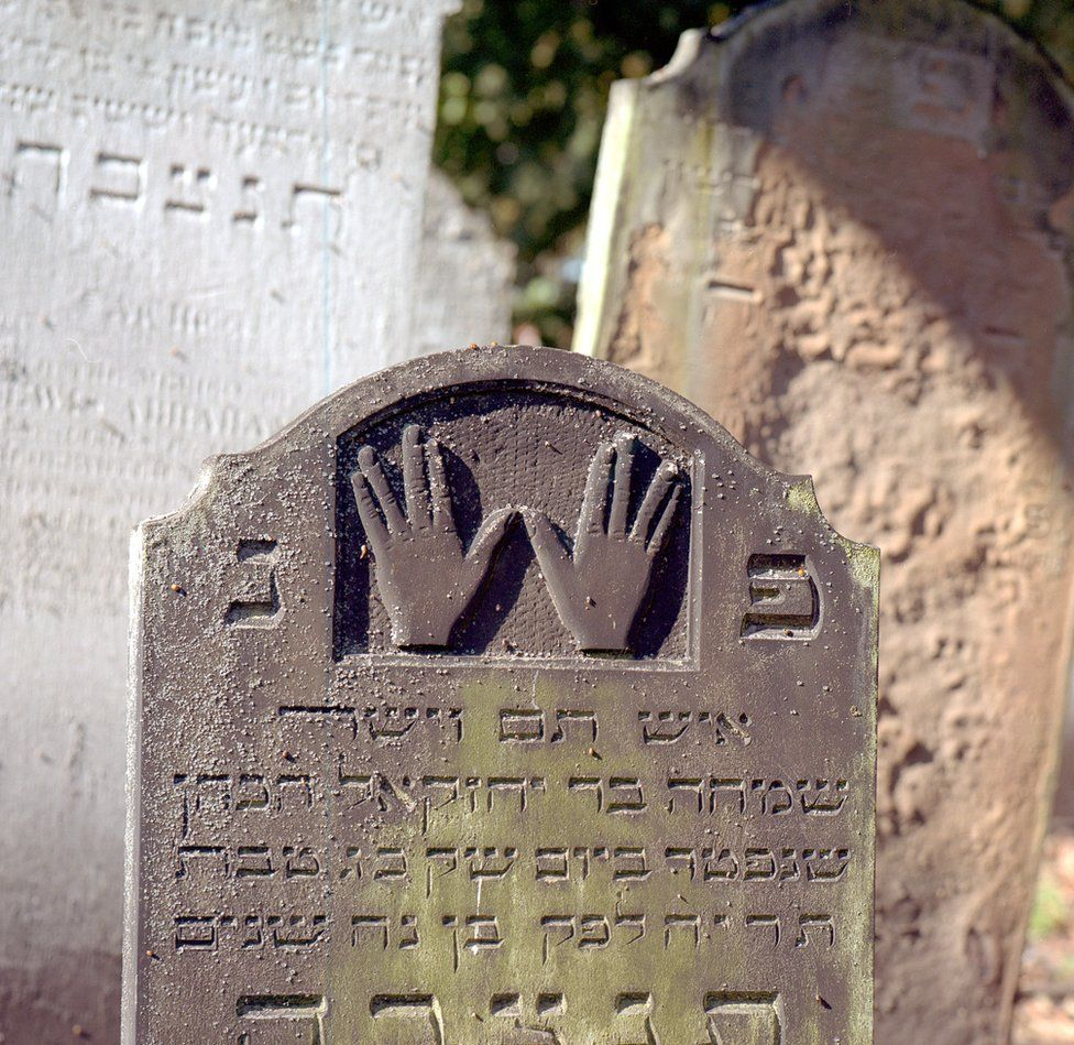Stylised hands on a gravestone which signify the burial of a Cohen or priest