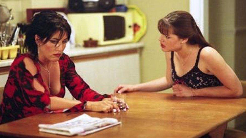 """""""Fi yw dy fam di"""" Kat Slater yn cyfadde'r gwirionedd i Zoe. Un o straeon gafaelgar Rob Gittins i East Enders"""
