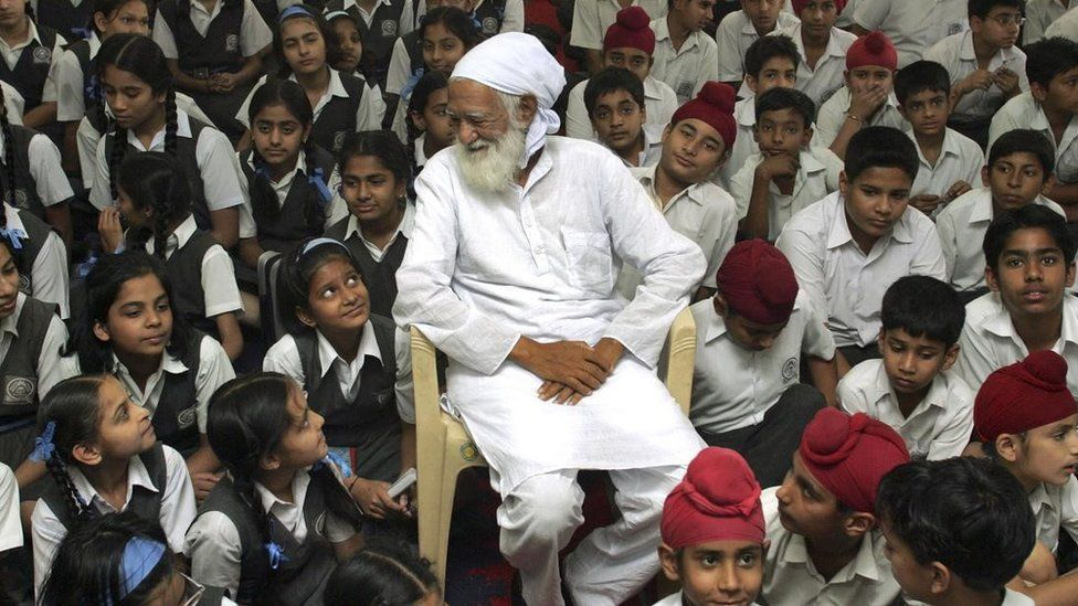 Environmentalist Sunderlal Bahuguna talks to students during a water conservation awareness programme at a school in Chandigarh in 2008.