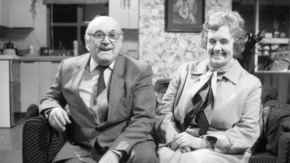 Charles Williams a'i wraig yn eu cartref ym Modffordd 1980