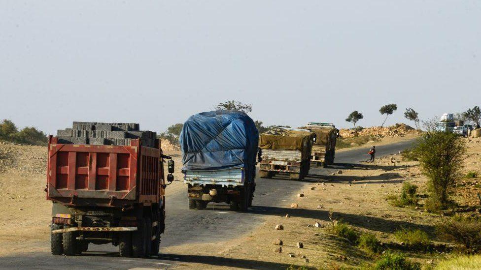 Trucks cross the Eritrea-Ethiopia border