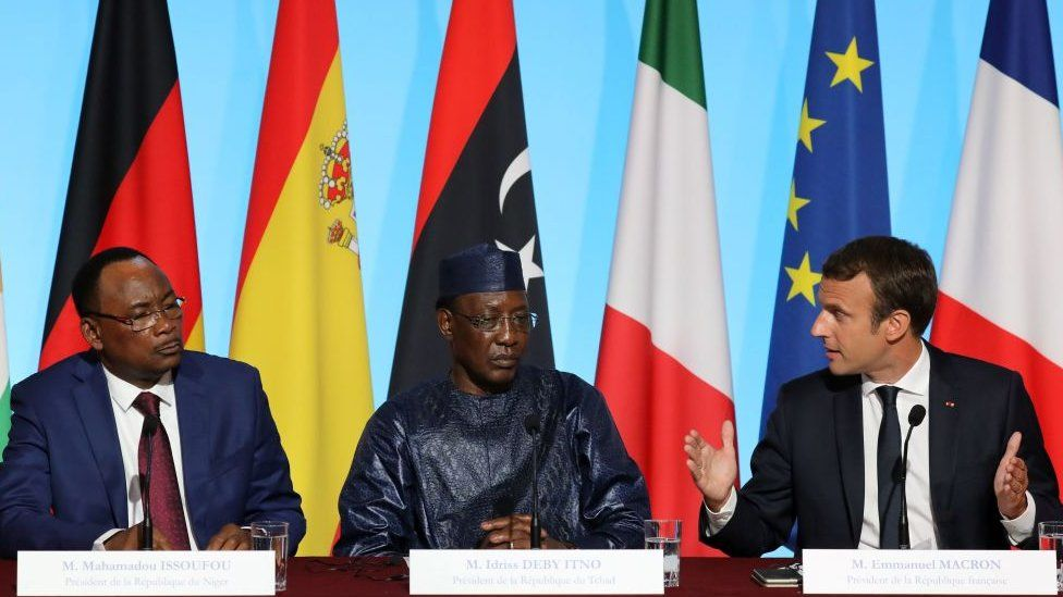 (L-R) Nigerien President Mahamadou Issoufou, Chadian President Idriss Deby and French Emmanuel Macron attend a meeting to discuss how to ease the European Union's migrant crisis, at the Elysee Palace in Paris, on August 28, 2017