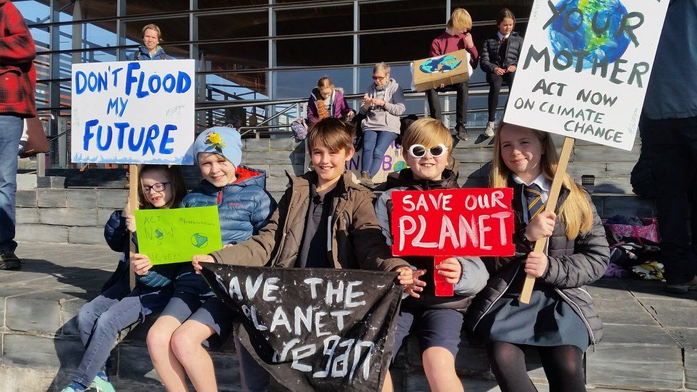 Climate strikes: Hundreds of children miss school to protest - BBC News
