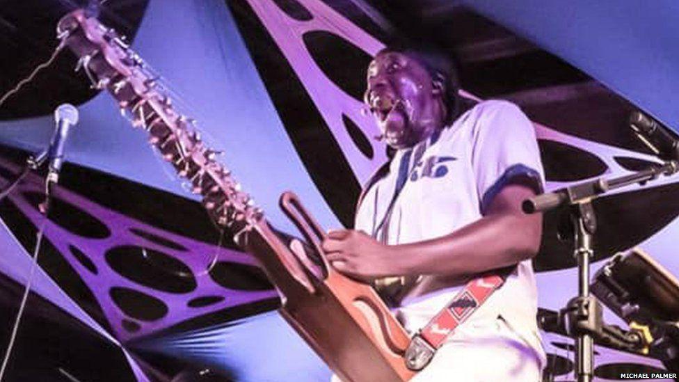 N'Faly Kouyate in concert