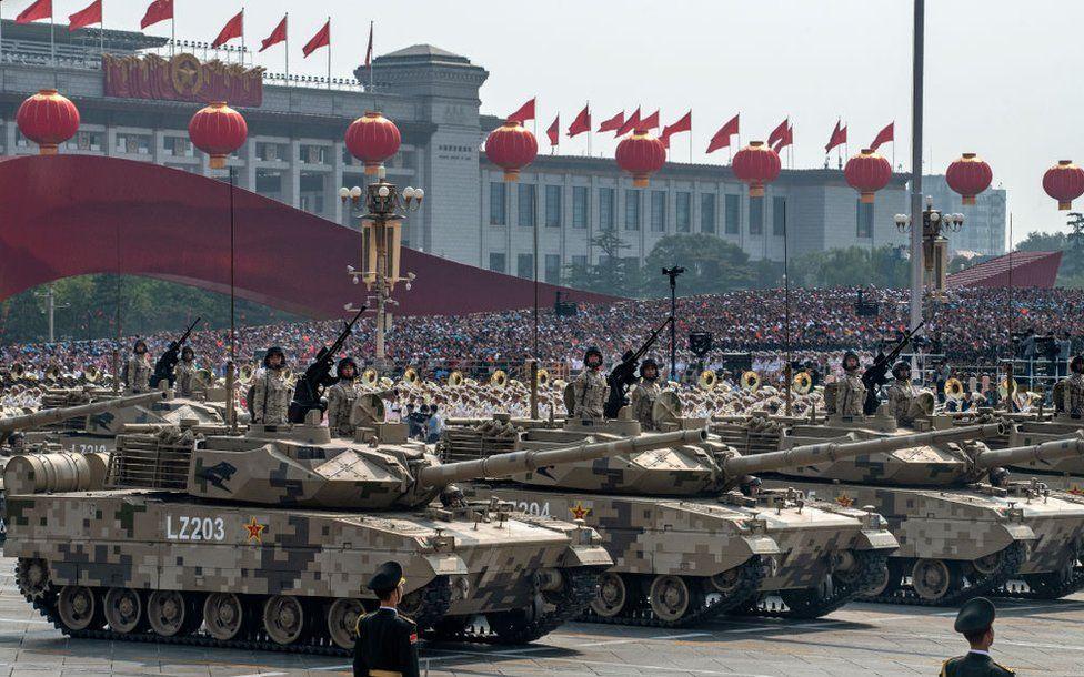 Soldados chinos en tanques durante el desfile militar celebrado en Pekín el 1 de octubre de 2019.