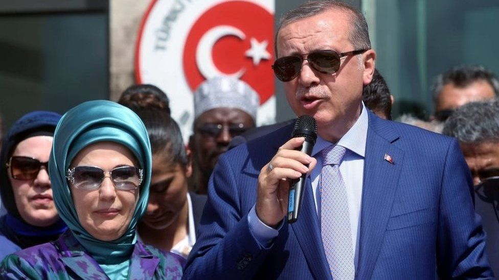 Turkish President Tayyip Erdogan flanked by his wife Emine Erdogan (03 June 2016)