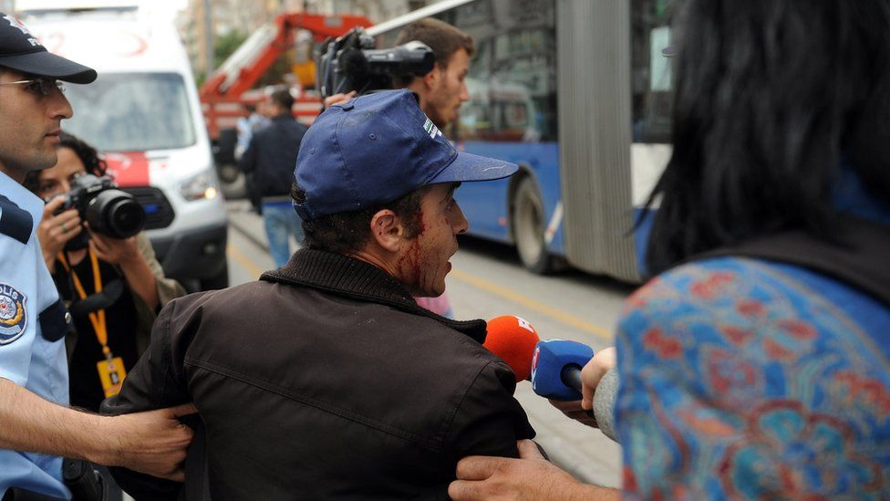 People try to help wounded man in Ankara (1 Oct)