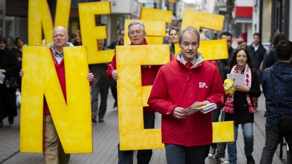 Dutch member of the Socialist Party (SP) Harry van Bommel hands out flyers against a referendum on the association treaty with Ukraine, in the Hague (05 April 2016)