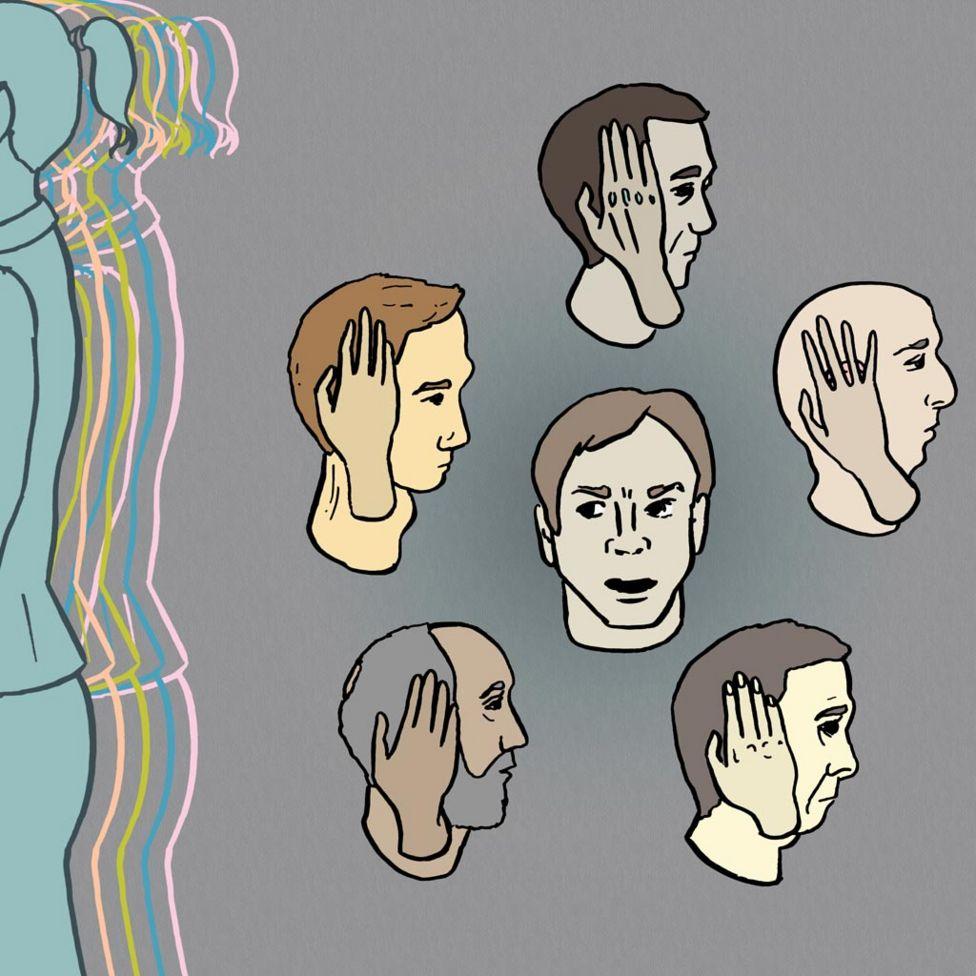 Hombres con sus manos en sus oídos
