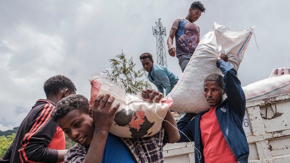 Etioopia põhjaosas lahingutes ümberasustatud tsiviilisikud, kes laadisid 23. augustil 2021 Etioopias Dessie koolis veoautost toitu ja tarvikuid maha