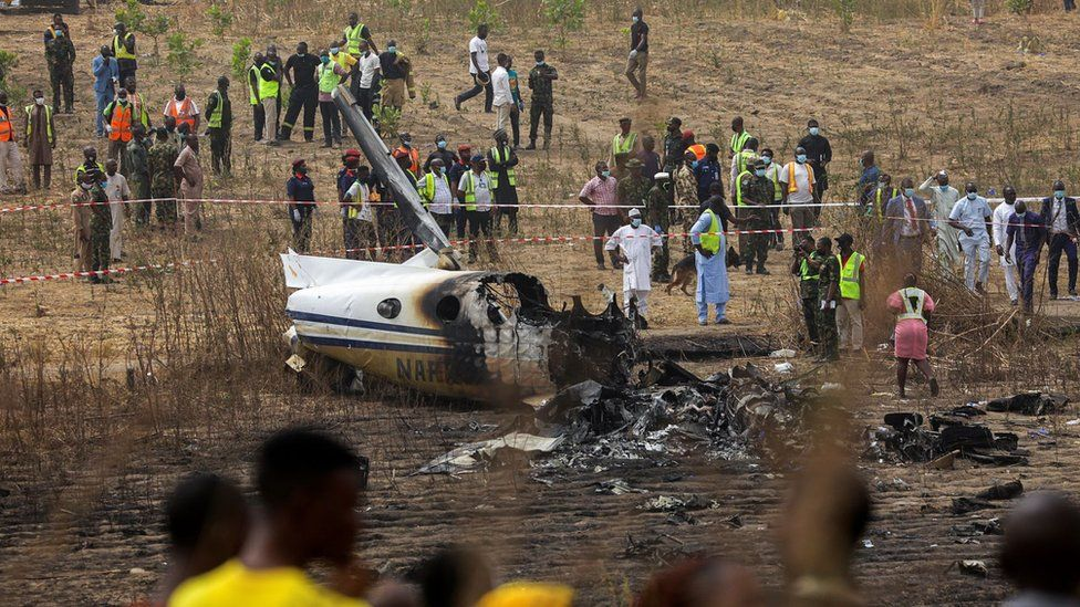 Seven die in Nigerian Air Force Abuja plane crash - BBC News