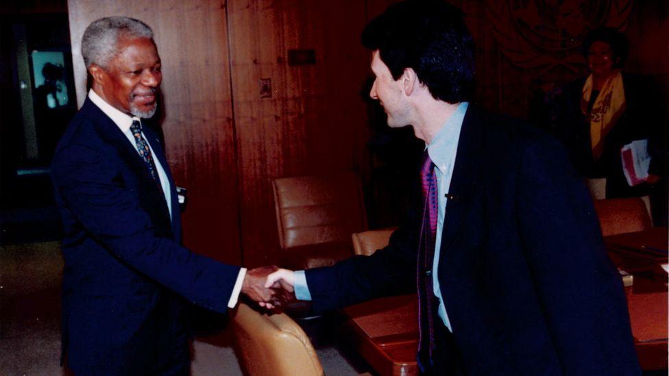 Kofi Annan shaking hands with Mark Devenport