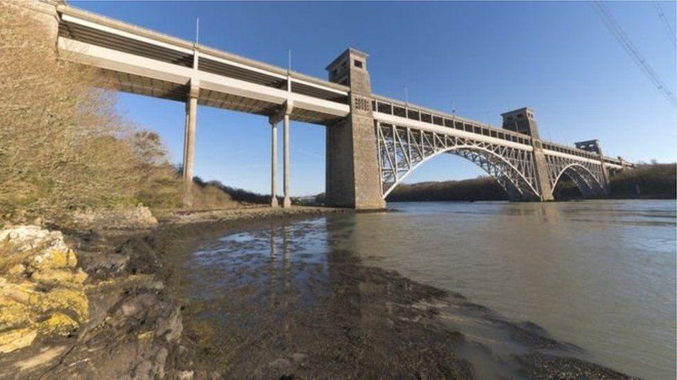 Pont Britannia dros y Fenai