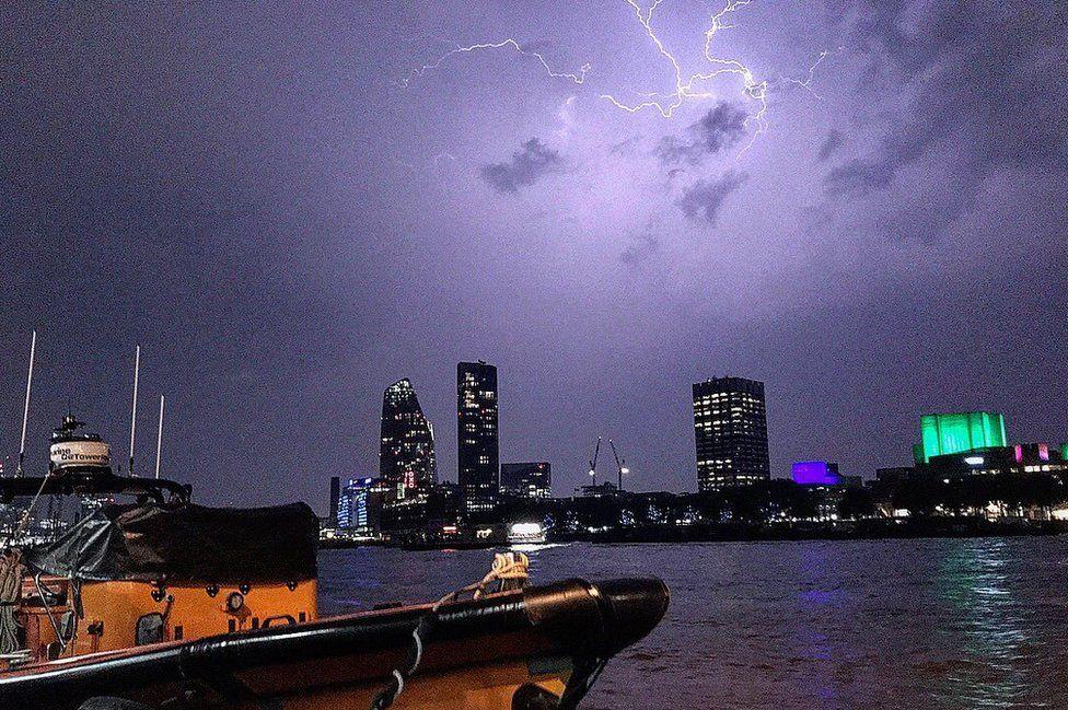 Вспышки молний в субботу расчертили небо над Темзой