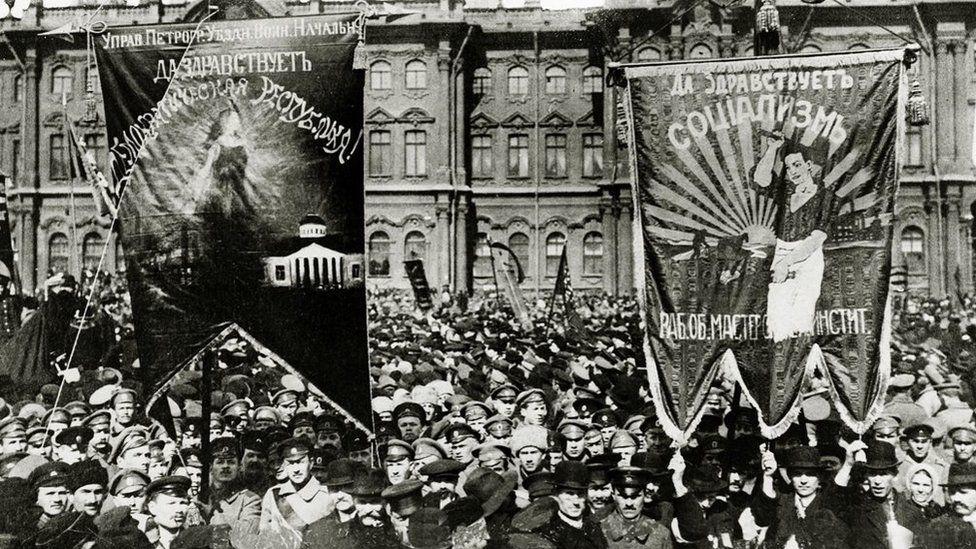 Bolsieficaid yn protestio yn y sgwar o flaen yr Winter Palace yn Petrograd, 1917