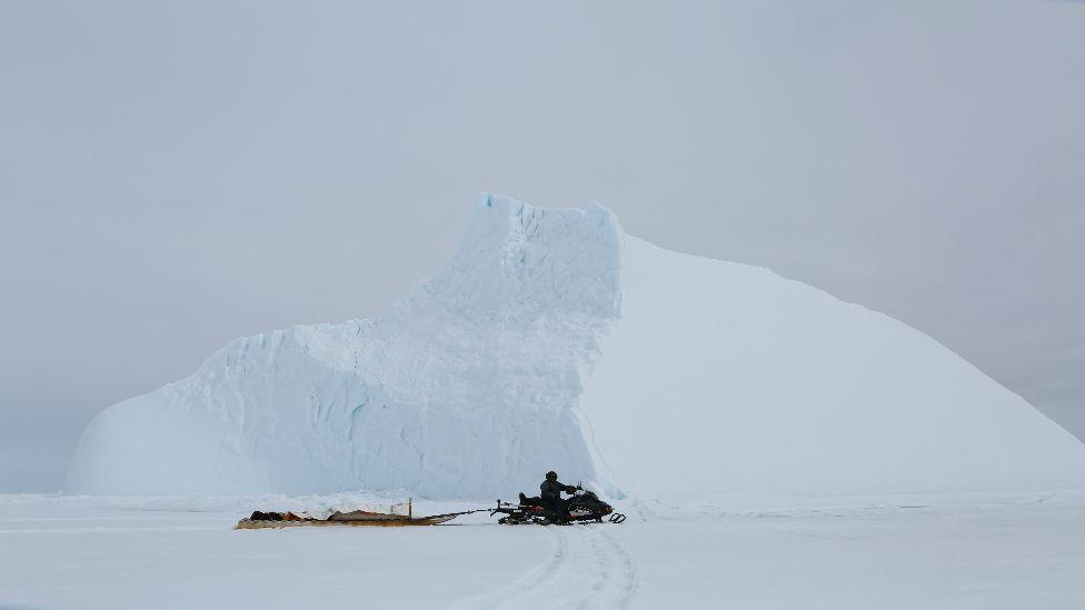 Las motos de nieve son el medio de transporte de los residentes del poblado.