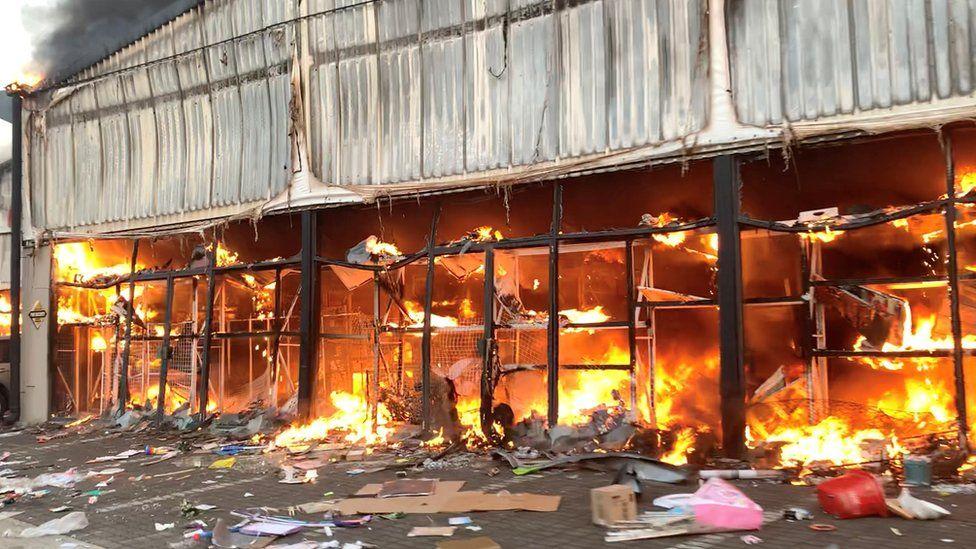 Eylemlerde yağmalanan ve yakılan bir alışveriş merkezi.