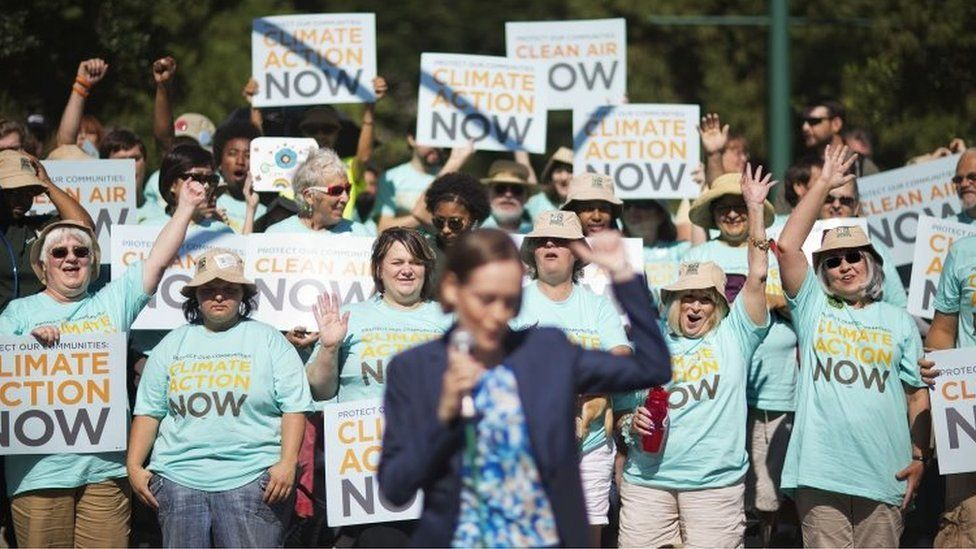 Clean air advocates rally outside an Environmental Protection Agency hearing in Atlanta (29 July 2014)