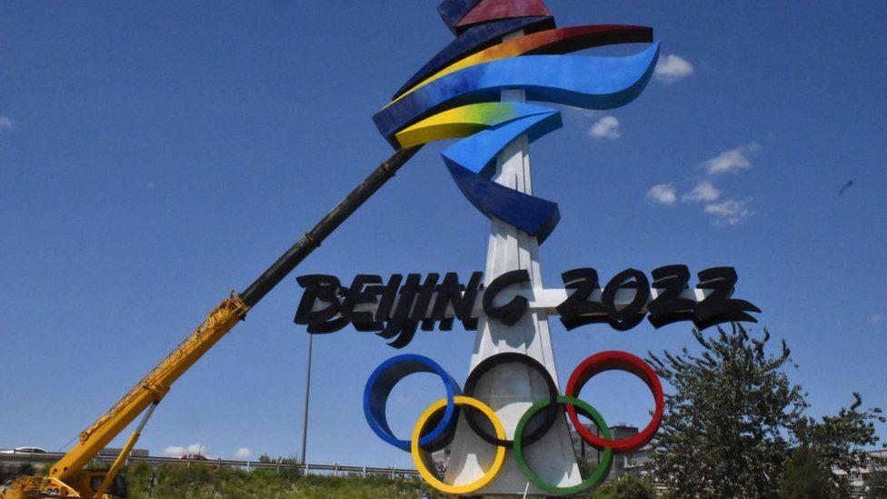El emblema de los Juegos Olímpicos de Invierno de Beijing 2022 se instala en el distrito de Shijingshan el 1 de agosto de 2021 en Beijing, China.