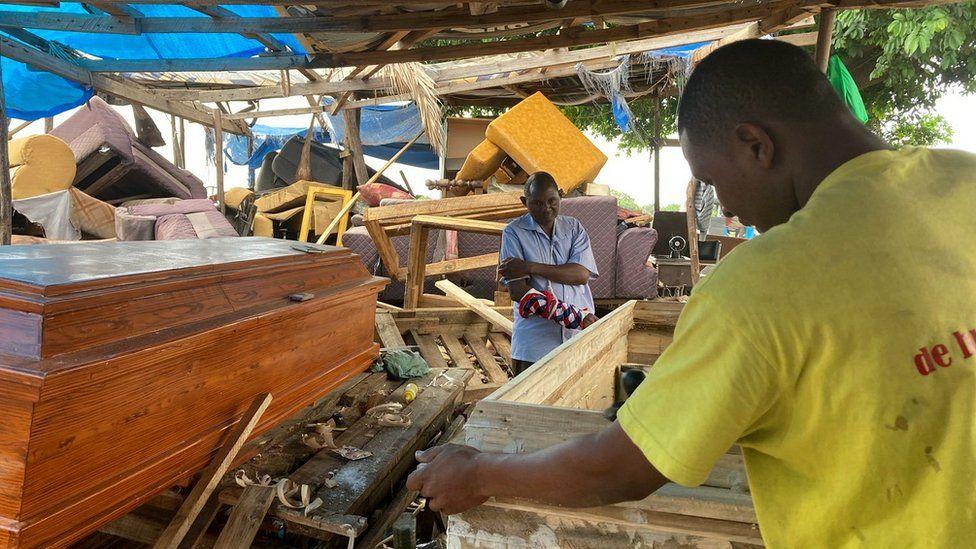 Fabricants de cercueils dans la capitale, Dodoma