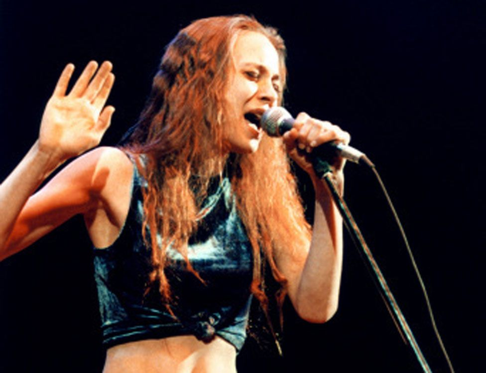 Fiona Apple performing in 1997