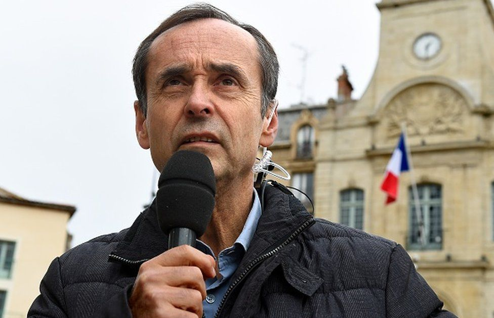 Mayor Robert Menard makes a statement on 19 January, 2016 outside the Beziers city hall